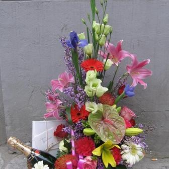 Blumenkorb mit Sekt und Pralinen